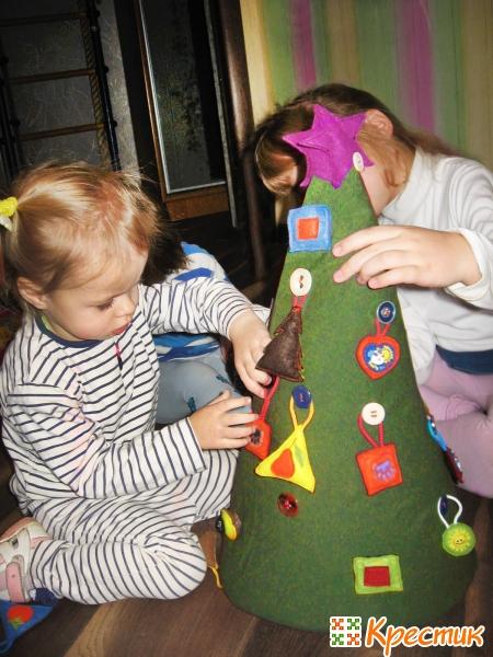 Украшаем елку игрушками