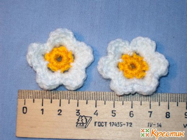 Цветы земляники крючком