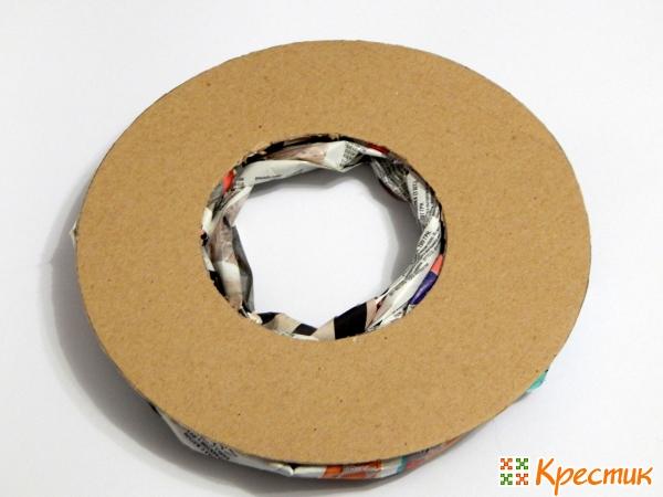 Из картона вырежьте кольцо