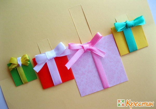 На подарочки приклеиваем бантики