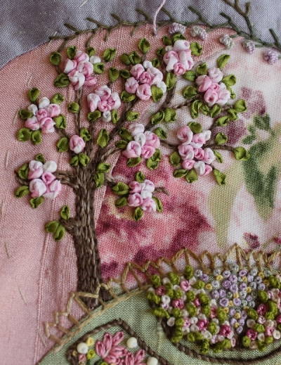 Фрагмент вышивки с розами