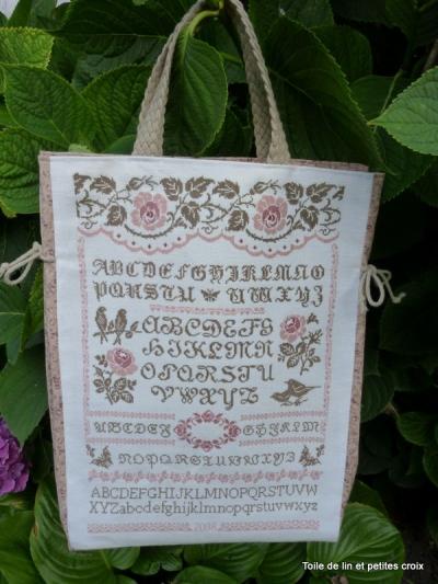 Вышитый алфавит на сумке