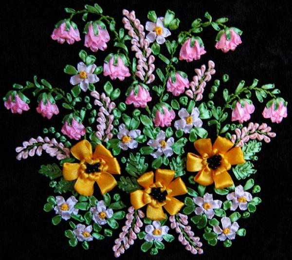 Букет цветов вышит лентами