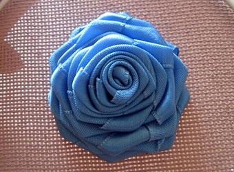 Голубая роза из лент