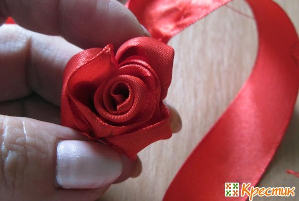 Формируем розу из лент
