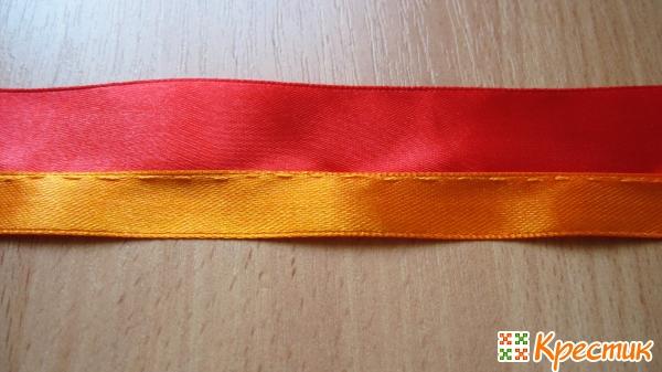 Сверху оранжевая лента и нитка