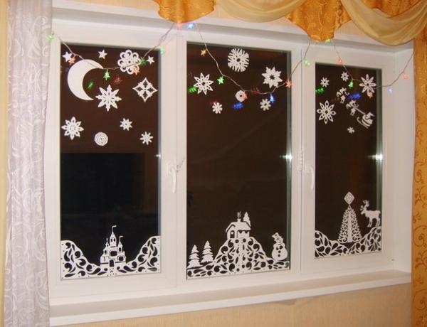 Окно украшено вытынанками
