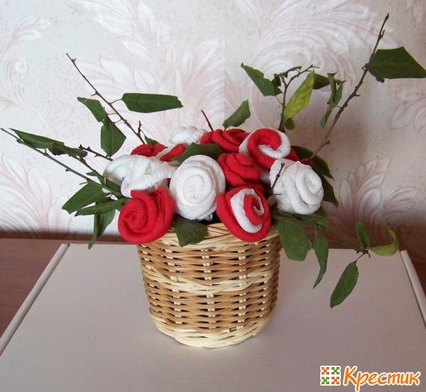 Корзинка с бумажными розами