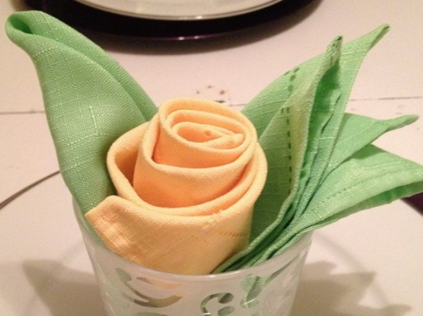 Роза из тканевой салфетки