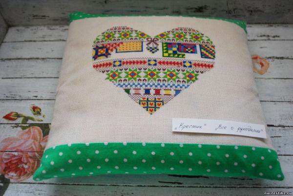 Подушка с вышитым сердечком