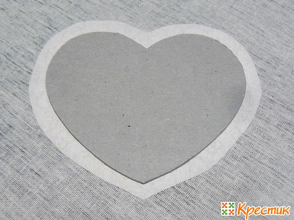 Приклейте заготовку сердца к ткани