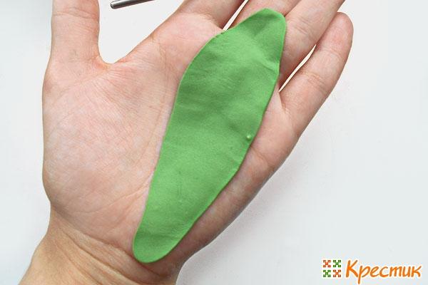 Раскатываем зеленую пластику для листьев