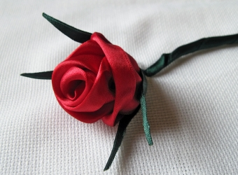7 способов вышить бутон розы