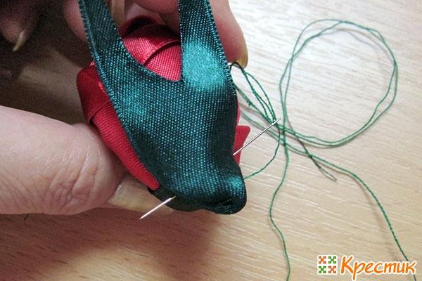 Фиксируем несколькими стежками зелёной ниткой