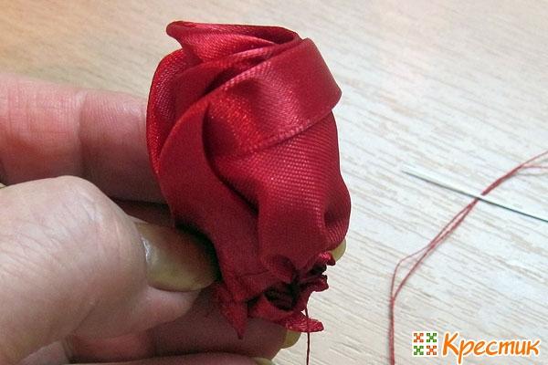 Как собрать бутон розы из лент