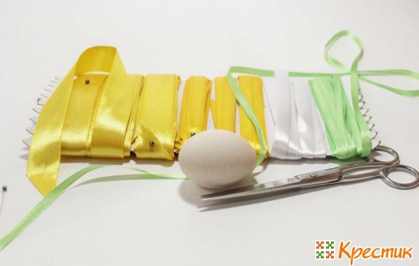 Как украсить яйцо лентами
