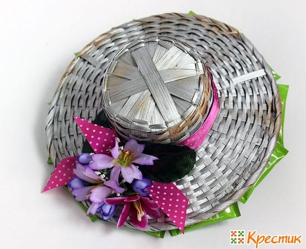 Декорируем поля шляпки искусственной зеленью