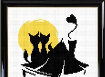 Влюблённые коты на фоне луны
