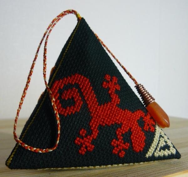 Берлинго с вышивкой этнического мотива навахо