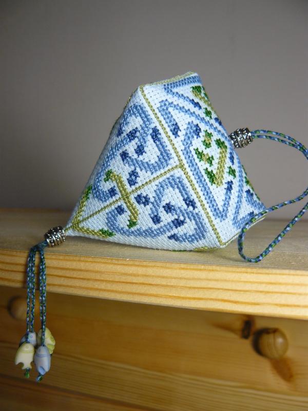 Клубничка с кельтским орнаментом