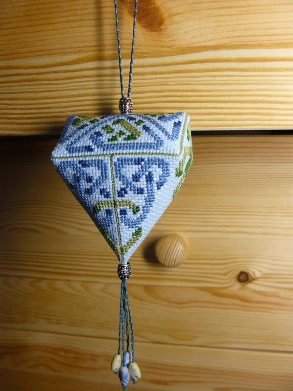 Клубничка с вышивкой орнамента кельтов
