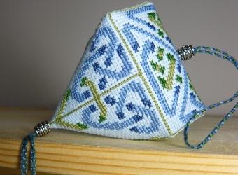 Клубничка с вышивкой в кельтском стиле
