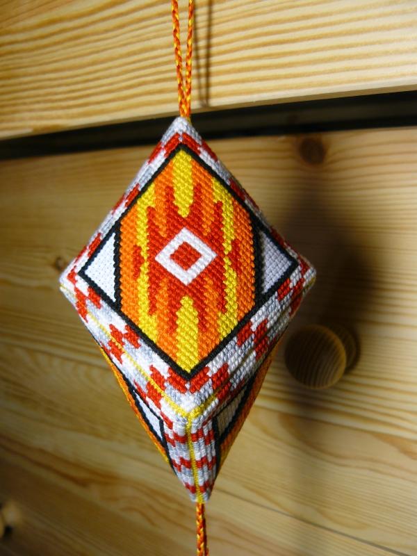 Кристалл с вышивкой в индейском стиле