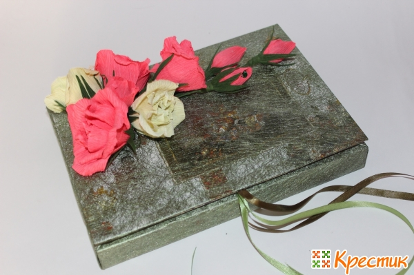 Дополняем композицию розами с конфетами