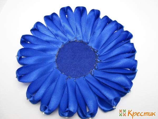 Приклеиваем синие лепестки на круг из фетра