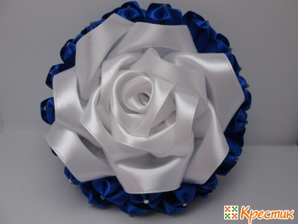 Приклеиваем в центр розу из лент