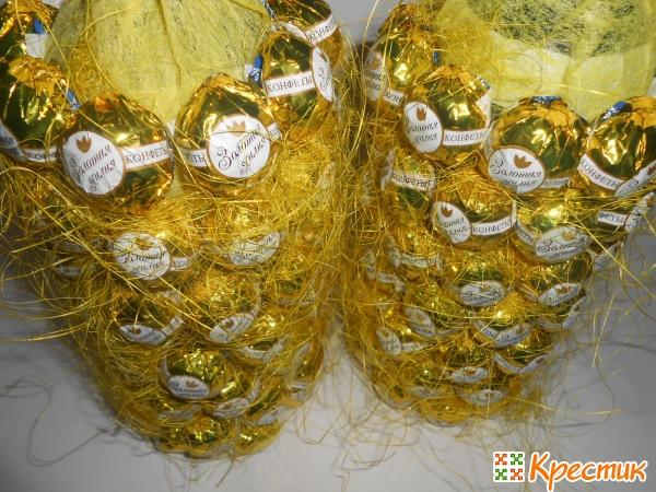 Бутылки шампанского оклеены конфетами