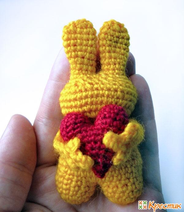 Заяц на руке