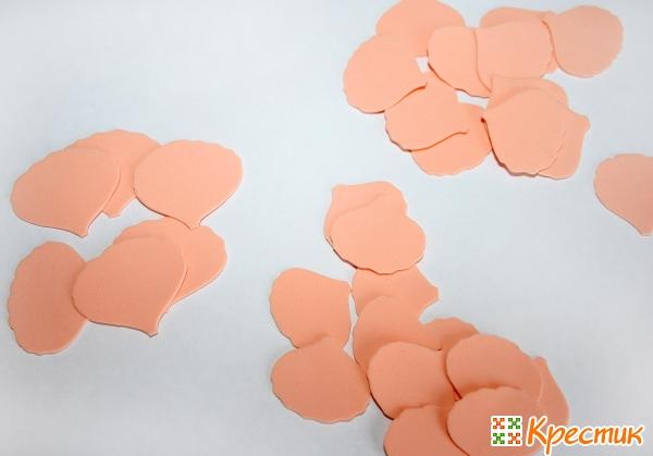 Вырезаем лепестки с неровными краями