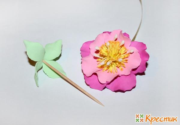 Цветок из фоамирана готов