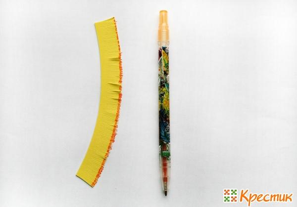 Желтую полоску подкрашиваем цветной ручкой
