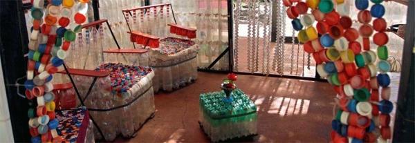 Интерьер из пластиковых бутылок и пробок