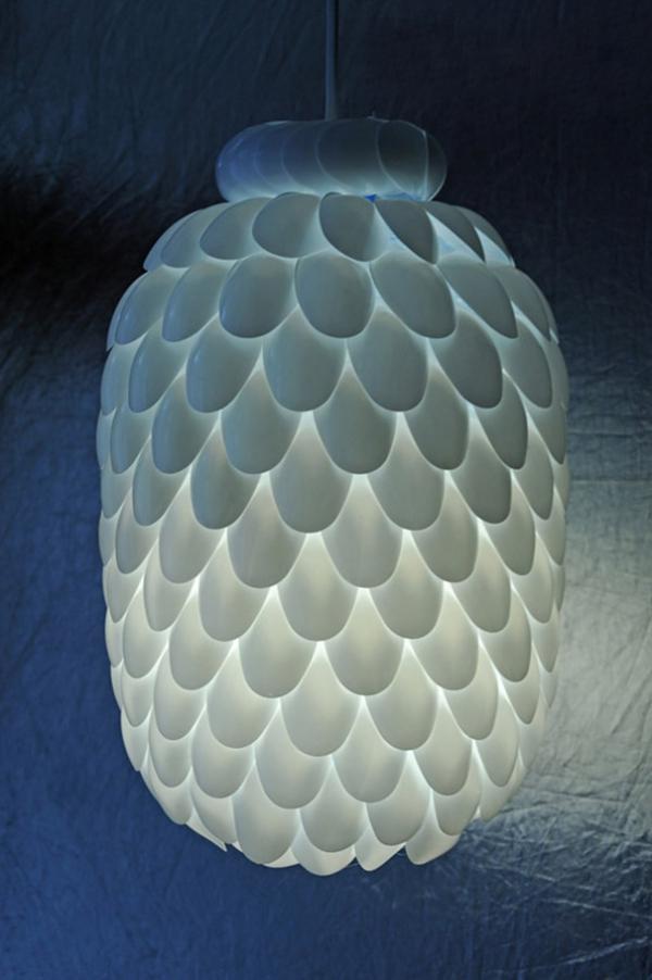 Лампа из пластиковых ложек