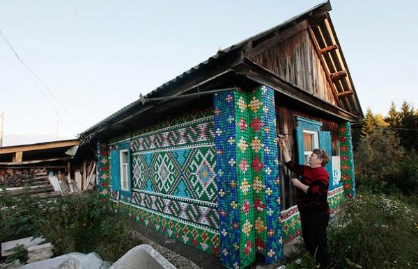 Мозаика из пробок на доме