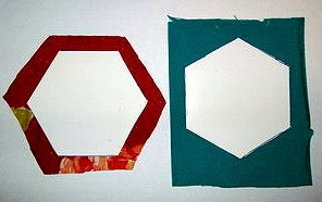 накладываем шестиугольные картонные шаблоны на ткань делаем лоскутный блок бабушкин сад своими руками