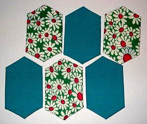 лоскутное полотно из обрезанных шестиугольников сложено черепицей