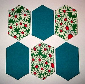 лоскутное полотно из обрезанных шестиугольников сложено шахматкой