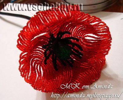 сборка цветка мака из бисера лепестки примотаны к стеблю нитками