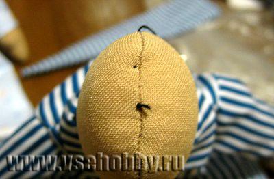 Натягиваем нитку достаточно сильно, узелок при этом прячется внутрь головы