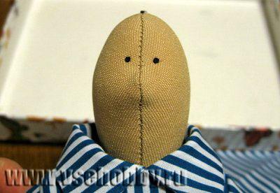глазки куклы Тильды вышиты французскими узелками