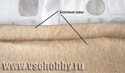 раскладываем футболку на столе пополам оставив между боковыми швами пару сантиметров