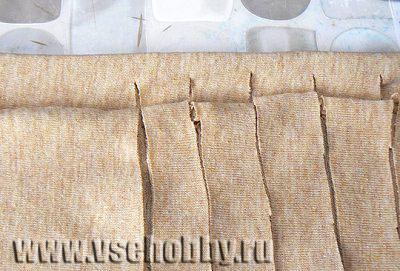 нарезаем футболку на полосы чтобы сделать пряжу для вязания сумки