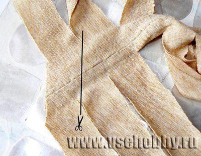 дорезаем боковой шов футболки по диагонали соединяя полосы в одну длинную