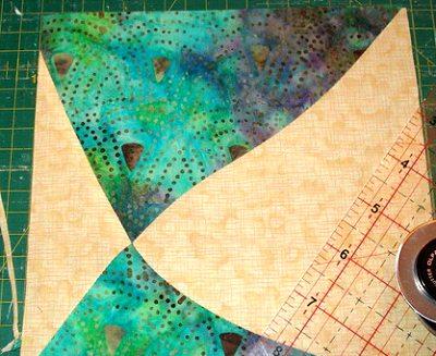 выравниваем лоскутные квадраты после сшивания
