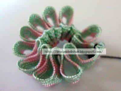 стягиваем цветок из тесьмы нитками