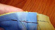 делаем стежок через угол между четвёртой парой квадратов лоскутного блока возвращаемся в исходную точку